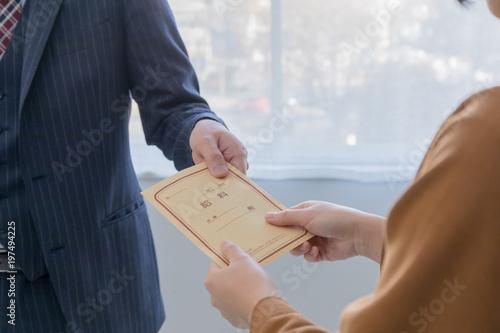 Fotografía  給料を受け取る女性