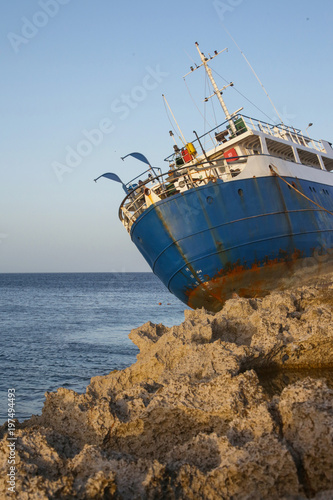 Tuinposter Schipbreuk Ruined shipwreck on the beach