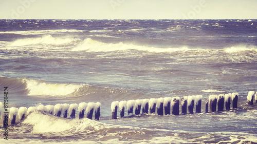 frozen-drewniany-falochron-w-wietrzny-dzien-morze-baltyckie