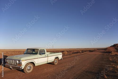 In de dag Route 66 USA, Arizona, Pick-up truck on desert road