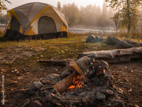 In de dag Kamperen Campfire And Tent