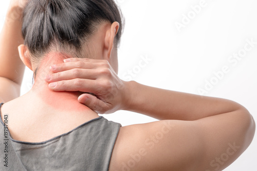 Fotografía  closeup women neck and shoulder pain/injury with red highlights on pain area wit