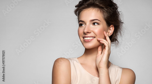 Fotomural  Portrait of young woman with perfect skin beautiful smile and natural make up