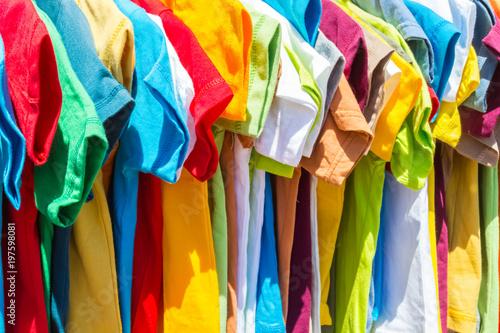 Fotografija  tee-shirts sur cintres