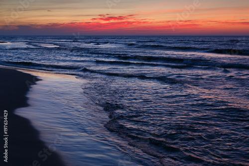 piekny-dramatyczny-zmierzchu-seascape-z-blekitne-wody
