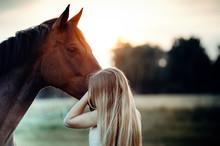 Frau Umarmt Pferdemaul