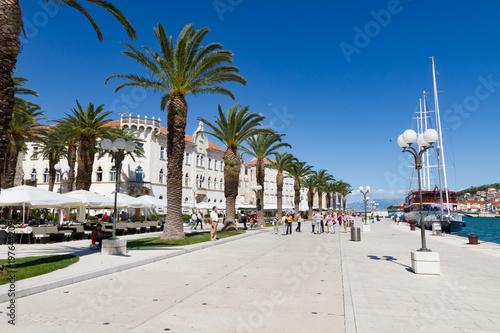 Photo histroische Zweimaster und Dreimaster an Ufer Promenade von Trogir und strahlend