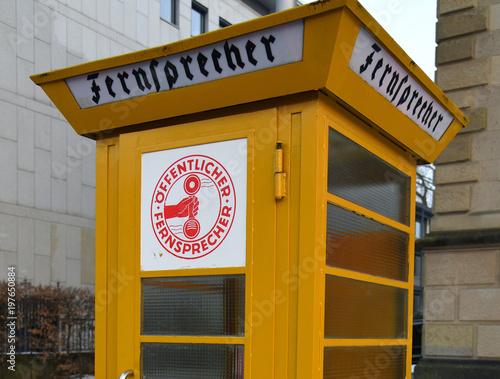 Fotografie, Obraz  Gelbe Telefonzelle (Fernsprecher)