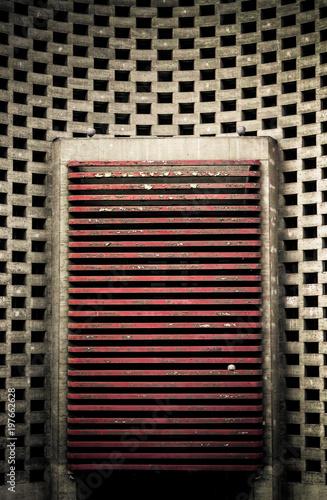 Photo Pallone da calcio incastrato in una griglia di cemento di un grande palazzo in N