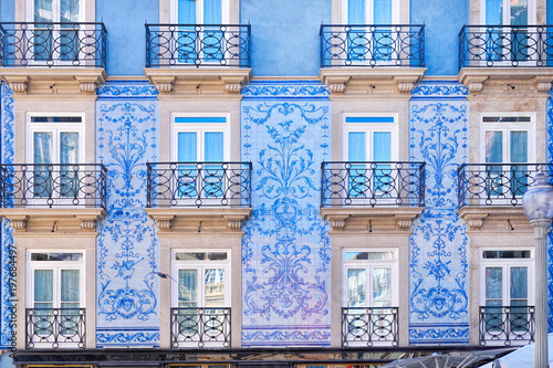 Foto op Plexiglas Historisch geb. Traditional historic facade in Porto decorated with blue tiles, Portugal