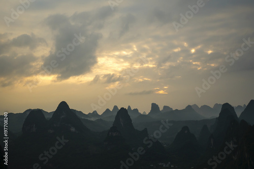 Foto op Canvas Guilin Sunset over the Karst Mountains, Guilin Sugarloaf, China