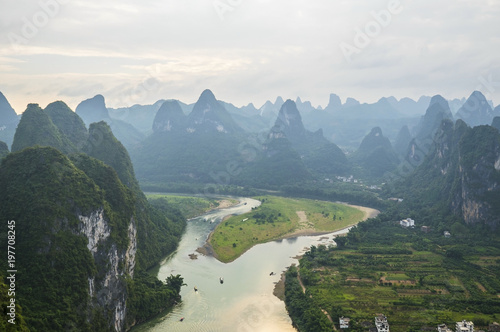 Tuinposter Guilin Boats on Li River in Karst Mountains, Guilin Sugarloaf, XingPing, China