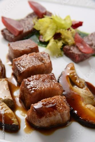 Photo  レストランでの肉料理のイメージ