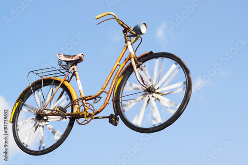 Türaufkleber Fahrrad bike bycicle flying with blue sky