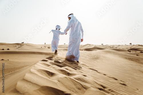 Fototapeta premium ojciec i syn spędzają czas na pustyni