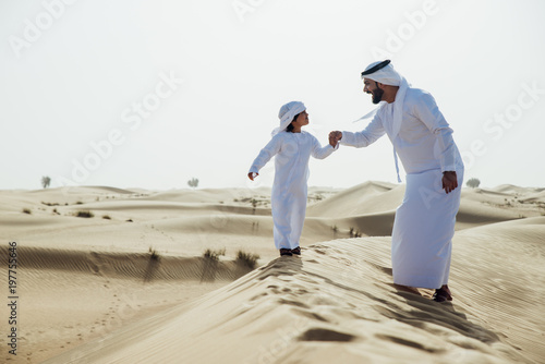 Photo  father and son spending time in the desert