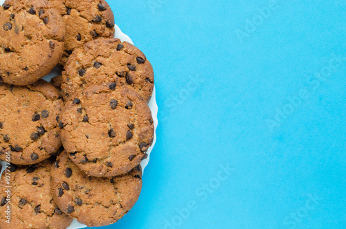 Tuinposter Koekjes Cookies with chocolate on a blue background.