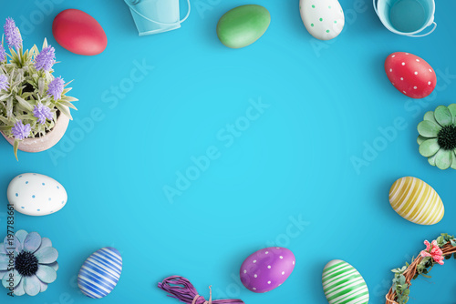 Photo Easter colorful eggs on blue desk