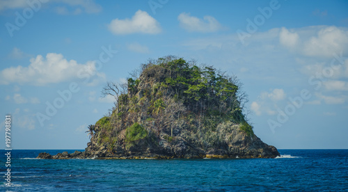 Foto op Plexiglas Eiland small island isolated in ocean water