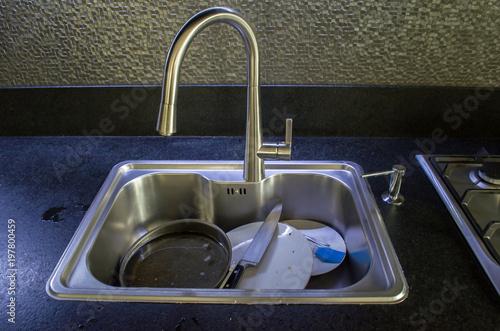 Plakat Nieumyte naczynia w zlew blisko