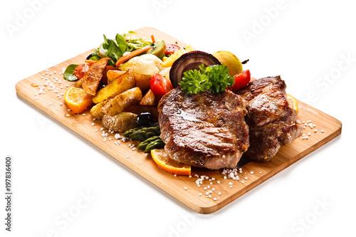 Fotografía Roast steak with vegetables on cutting board