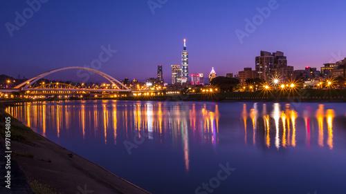 Fototapeta premium Nocne światło pejzaż miasta Tajpej nad rzeką 1