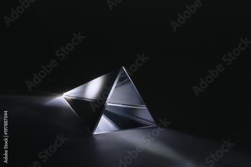 Glasprisma mit durchscheinender Lichtbrechung