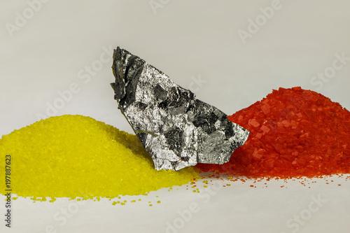 Fotografía  chemisches Element Chrom mit dessen Oxiden gelb und rot