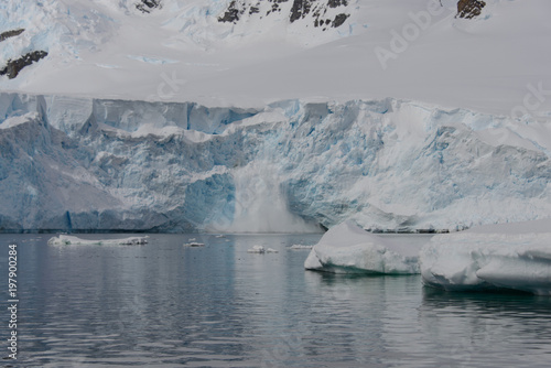 Foto op Plexiglas Arctica Antarctic landscape with glacier and mountains