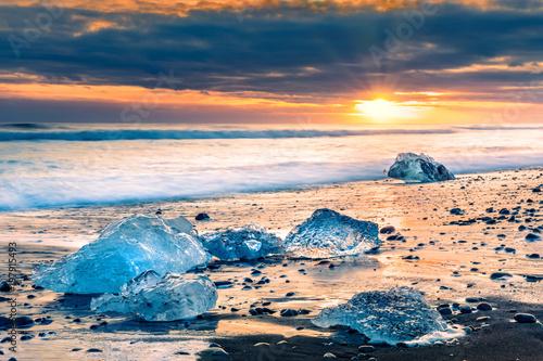 dryfujacy-lodowi-bloki-na-diament-plazy-przy-zmierzchem-w-jokulsarlon-iceland