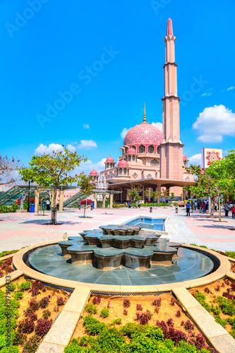 Photo Stands Kuala Lumpur Putra Mosque, in Putrajaya federal territory, Kuala Lumpur, Malaysia.