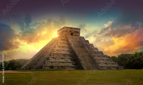 In de dag Mexico Mexico, Chichen Itza, Yucatn. Mayan pyramid of Kukulcan El Castillo at sunset