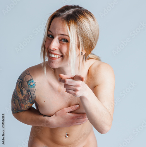 Photo bella ragazza si copre il seno per non essere vista