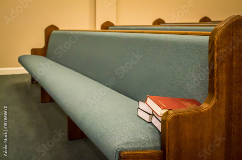 Fotografiet Empty pews with stacked books