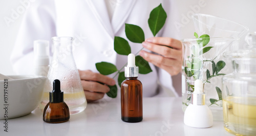 Fotografiet  the scientist,dermatologist make the organic natural herb cosmetic product in the laboratory
