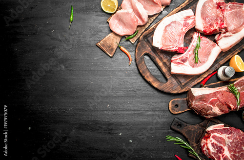 Fotomural  Different types of raw pork meat and beef with herb and spices.