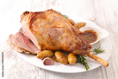 Fotografia lamb leg with potato and sauce