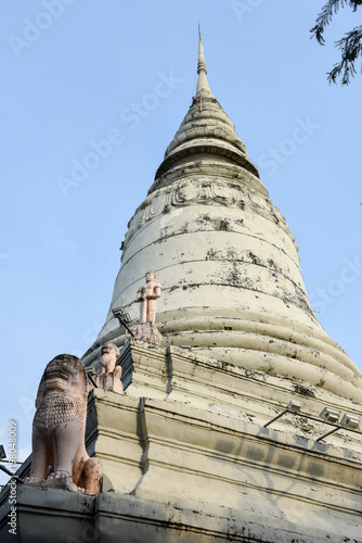 Foto op Aluminium Temple Buddhist temple of Wat Phnom at Phnom Penh on Cambodia