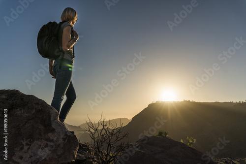 Photo  Kobieta na wzgórzu