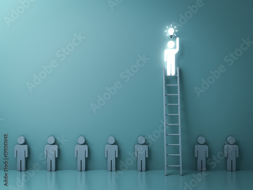 Photo Stand out from the crowd and different concept , One glowing light man on the  ladder got an idea bulb among other no idea people on dark green background with shadow and reflections