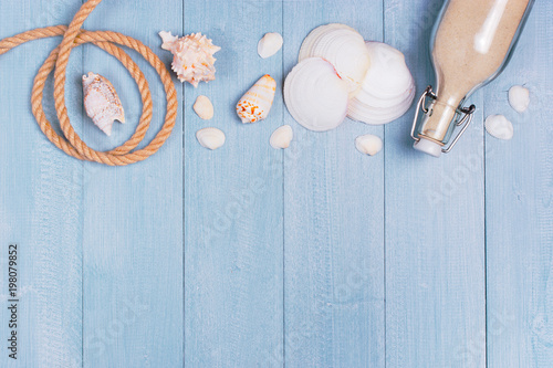 Poster Oceanië Light blue wooden background with rope, sea shells and sand