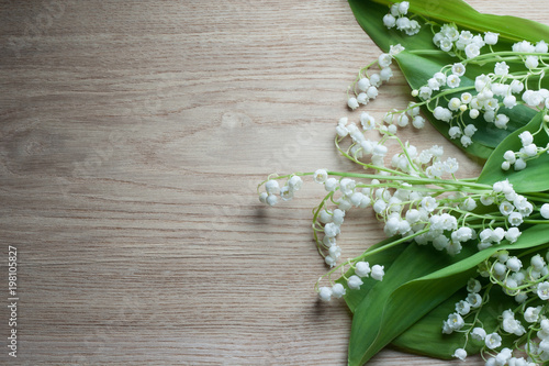 In de dag Lelietje van dalen Lily of the valley on wooden table