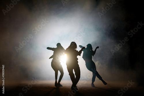 grupa-mlodych-kobiet-tancerzy-na-ulicy