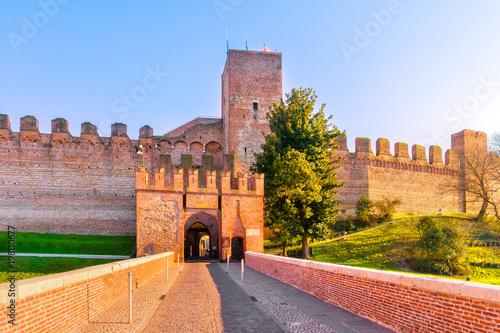 Foto  Cittadella city entrance, tower and surrounding walls