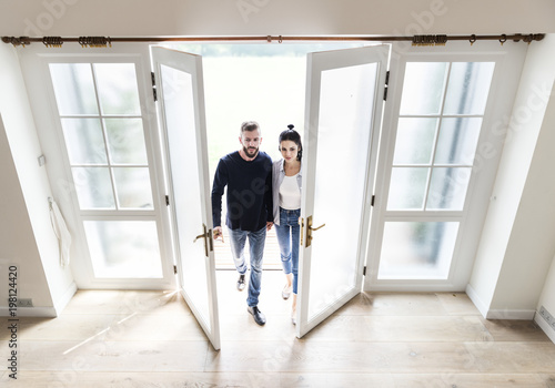 Fotografie, Obraz  Couple move to new house