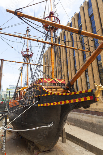 Keuken foto achterwand Schip Golden Hind, replica of a 16th century ship in the seafront of St Mary Overie, London, United Kingdom.
