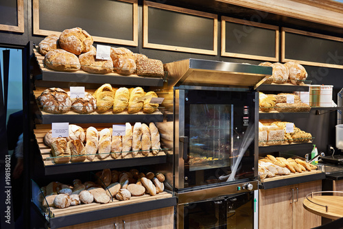 Foto op Canvas Bakkerij Fresh bread and pastries on shelves in bakery