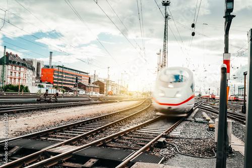 Zug fährt in den Frankfurter Bahnhof ein Fototapete