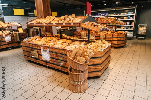 Fotografía close up view of freshly baked bakery in hypermarket