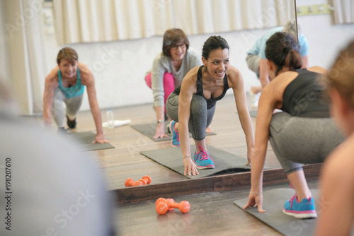 Poster Ecole de Yoga Group of senior people in fitness room exercising with coach